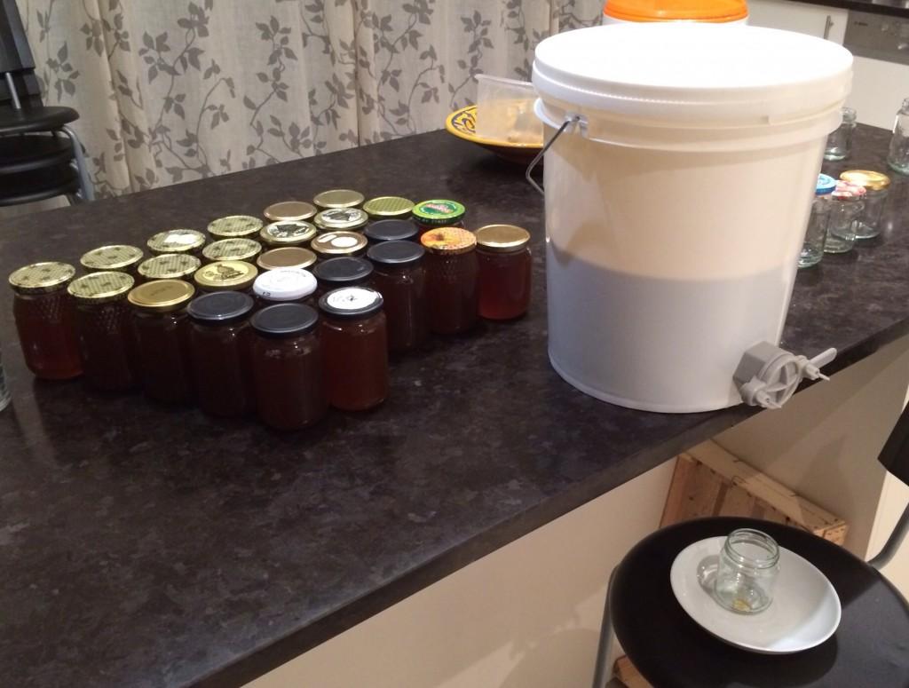Après une journée de décantation dans le bidon, le miel est mis en pots, préalablement stérilisés à l'eau bouillante.